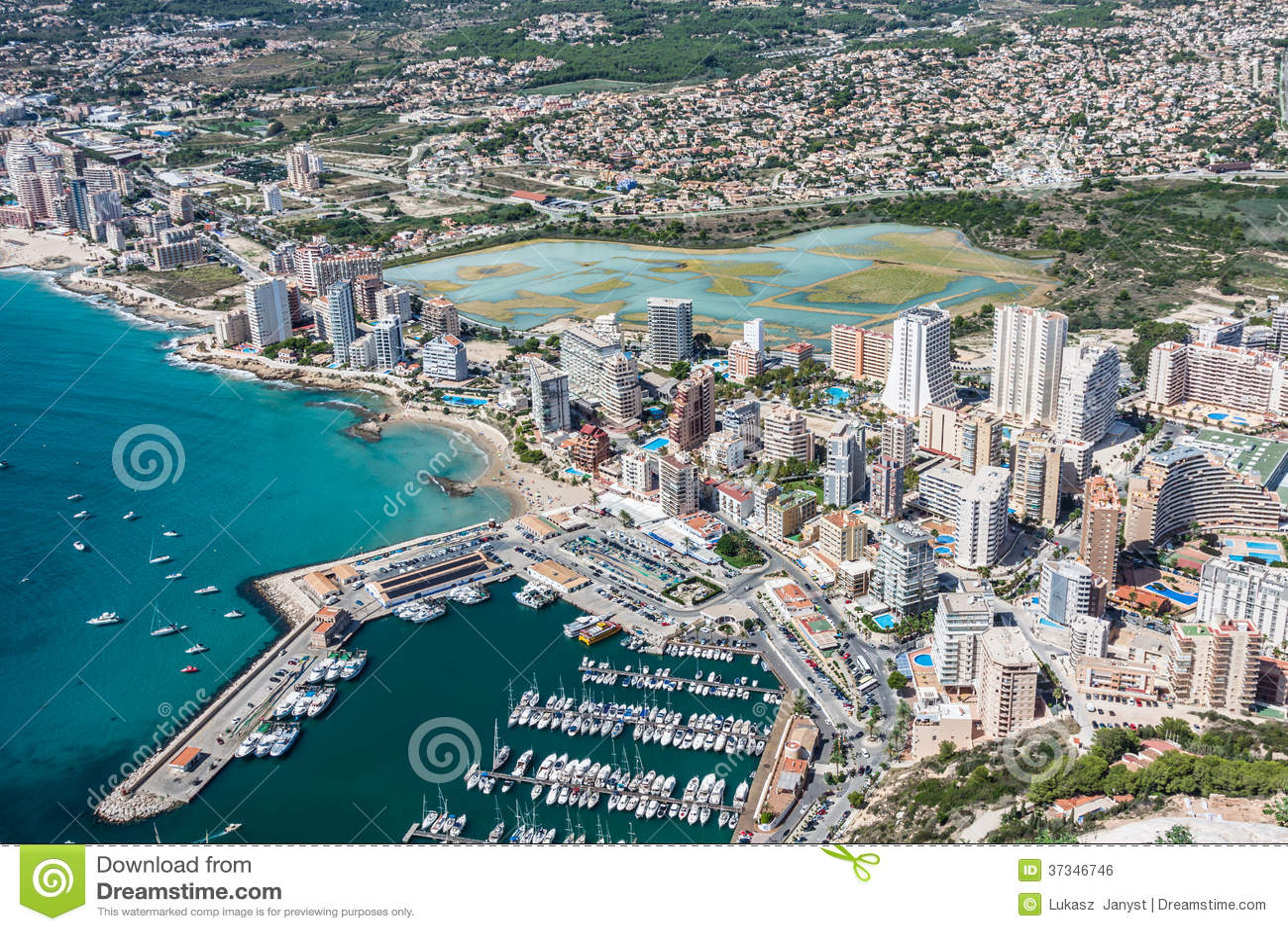 Hoge hoekmening van de jachthaven in Calpe, Alicante, Spanje
