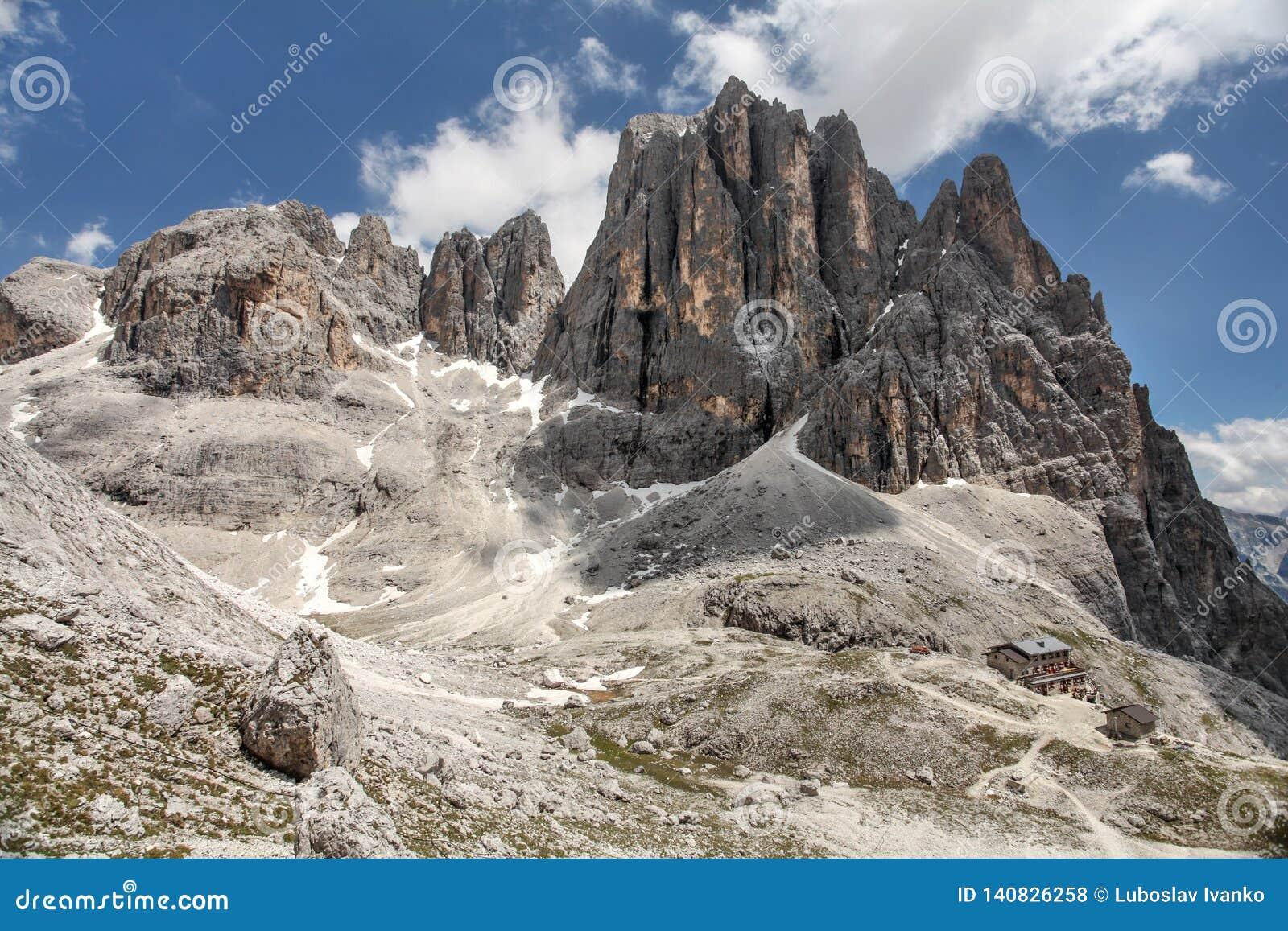 Hoge rotsachtige pieken van Pale di San Martino, in het Italiaans Dolomiet met dramatische diepe blauwe hemel op zonnige dag