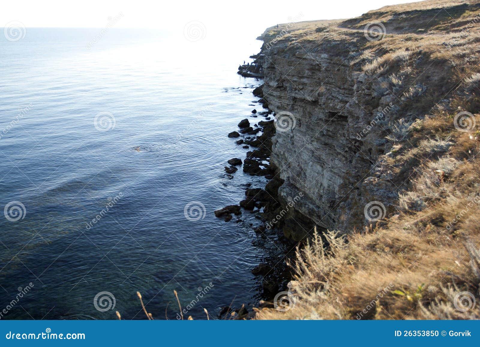 Hoge rotsen aan wal