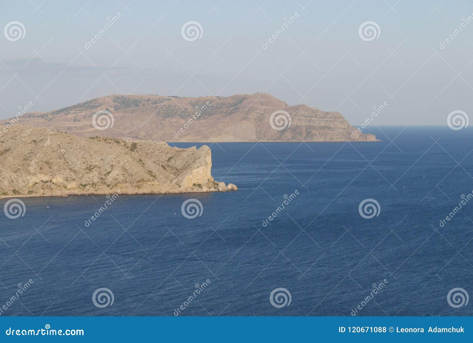 Hoge zandige schiereilanden in het midden van het grenzeloze overzees