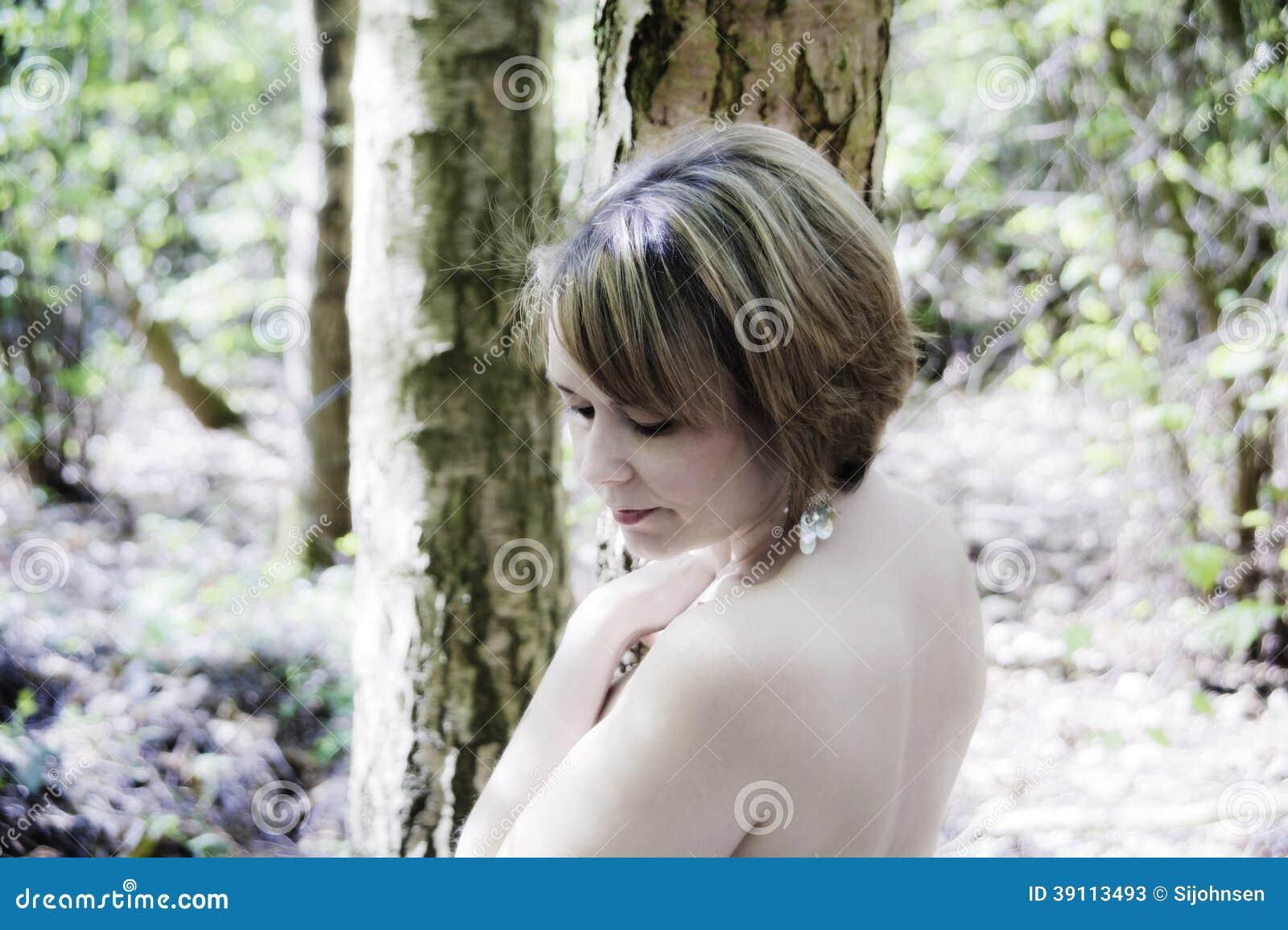 Hoge zeer belangrijke vrouw in bos