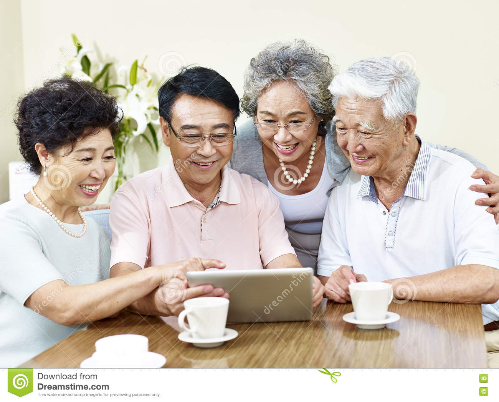 Hoger Aziatisch paar twee die tabletcomputer met behulp van