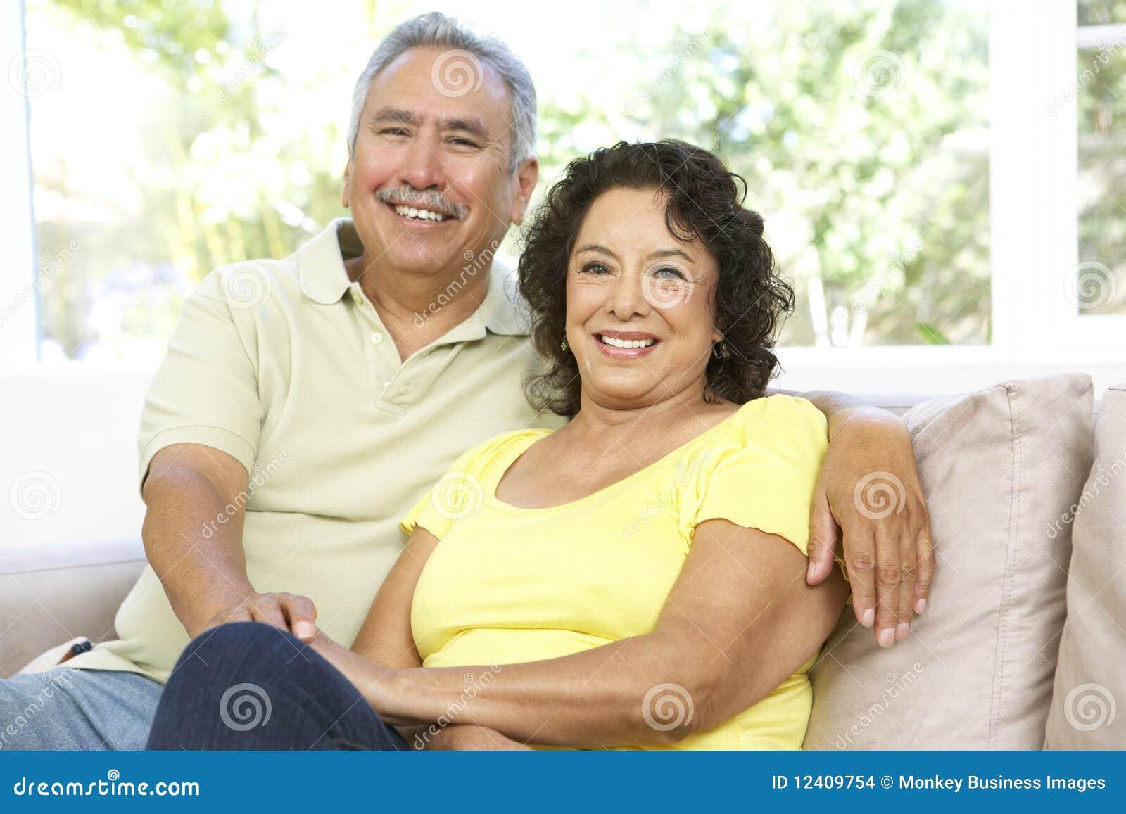 Hoger Paar dat thuis samen ontspant