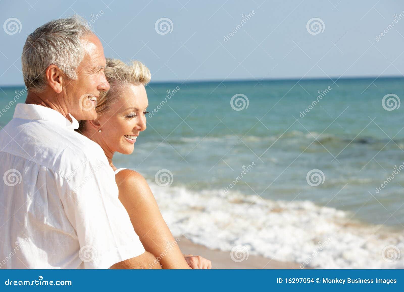 Hoger Paar dat van de Vakantie van het Strand in The Sun geniet
