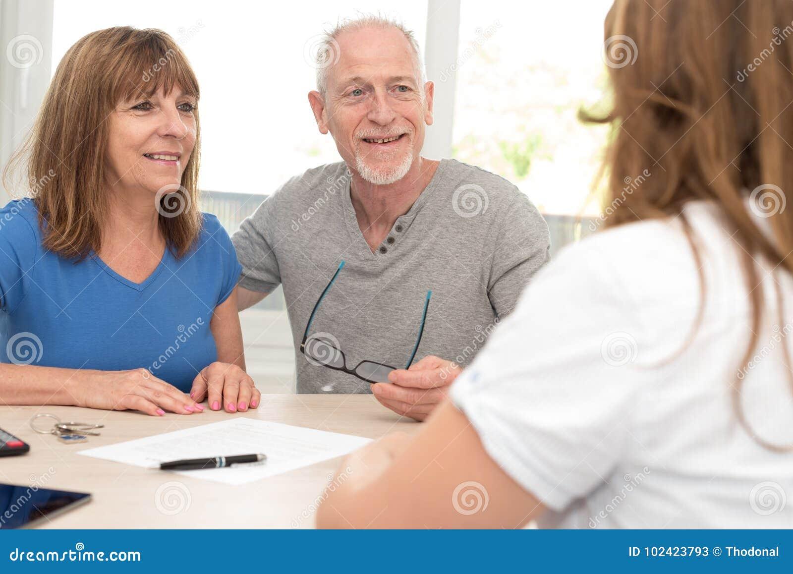 Hoger paar die financiële adviseur ontmoeten