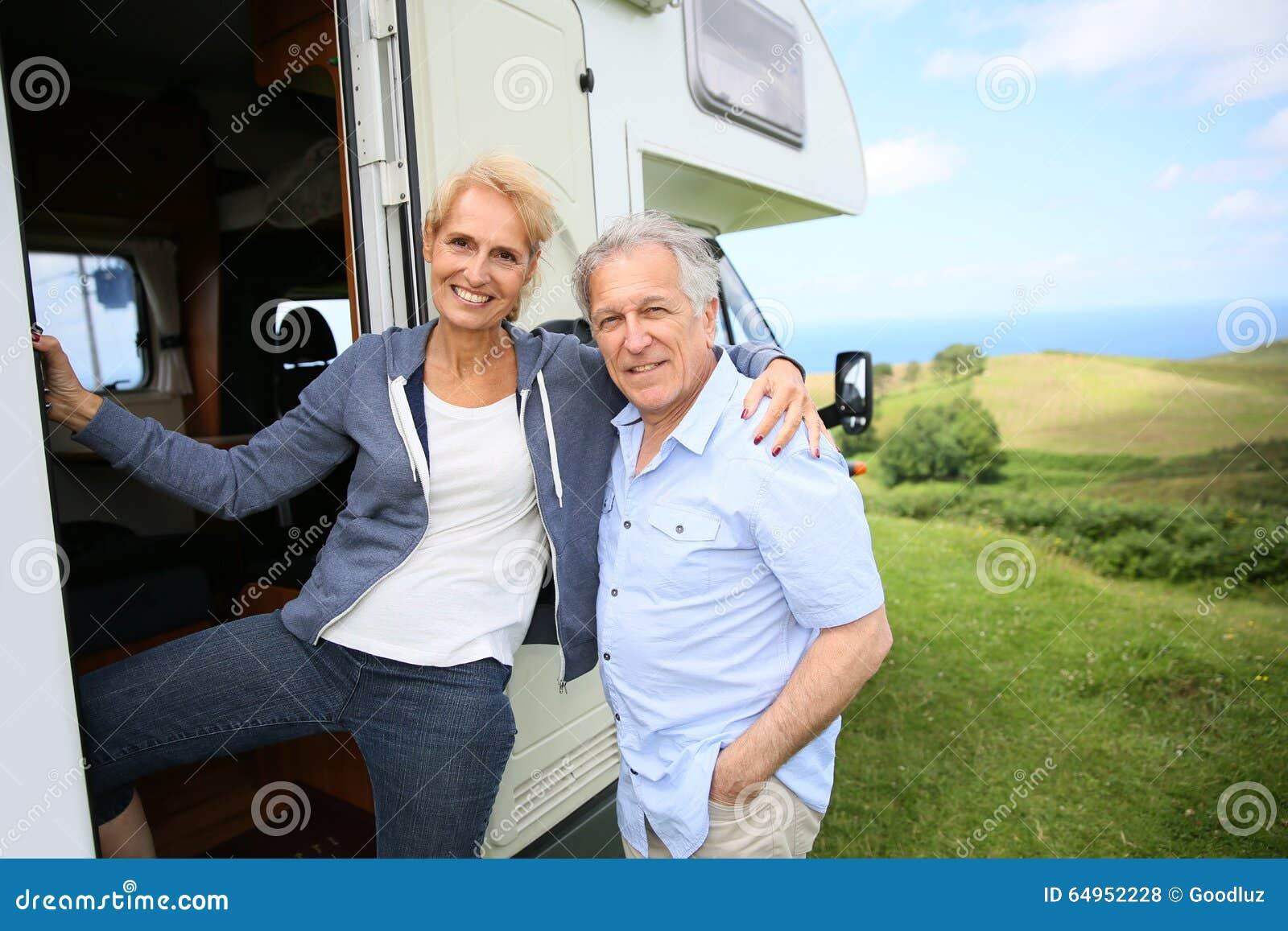 Hoger paar met het kamperen auto