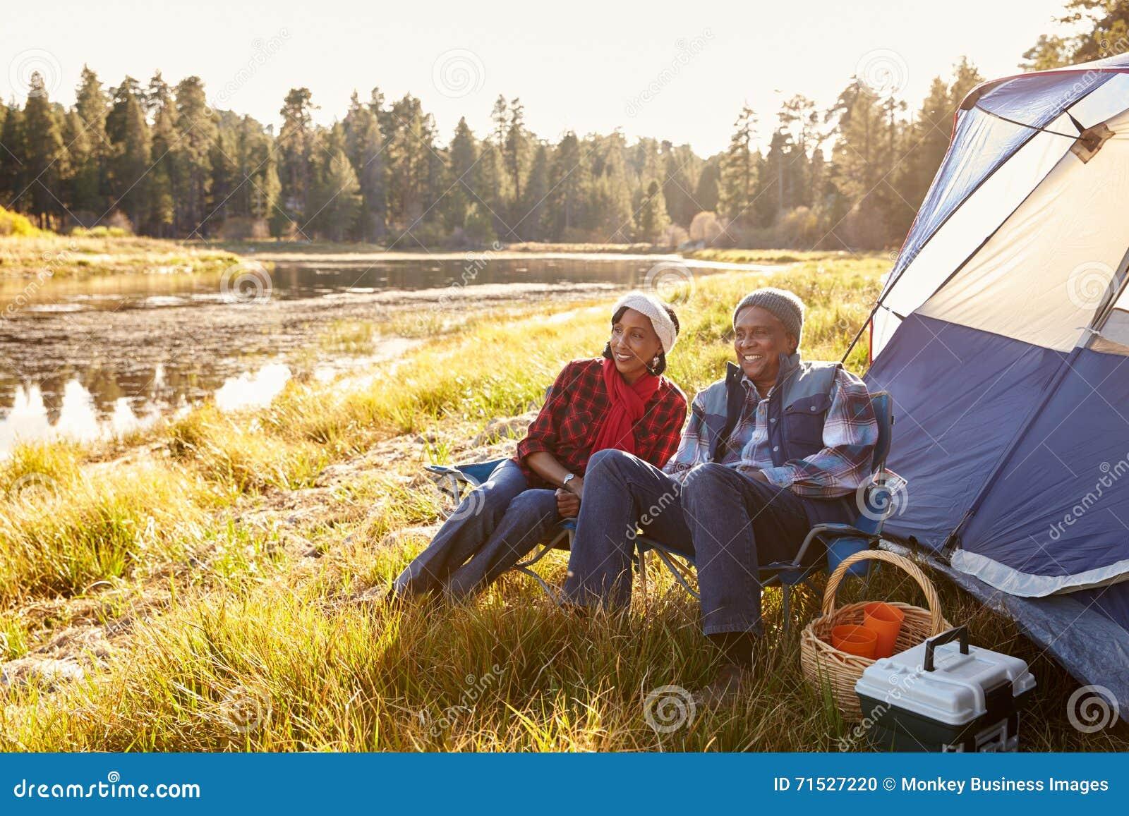 Hoger Paar op Autumn Camping Trip