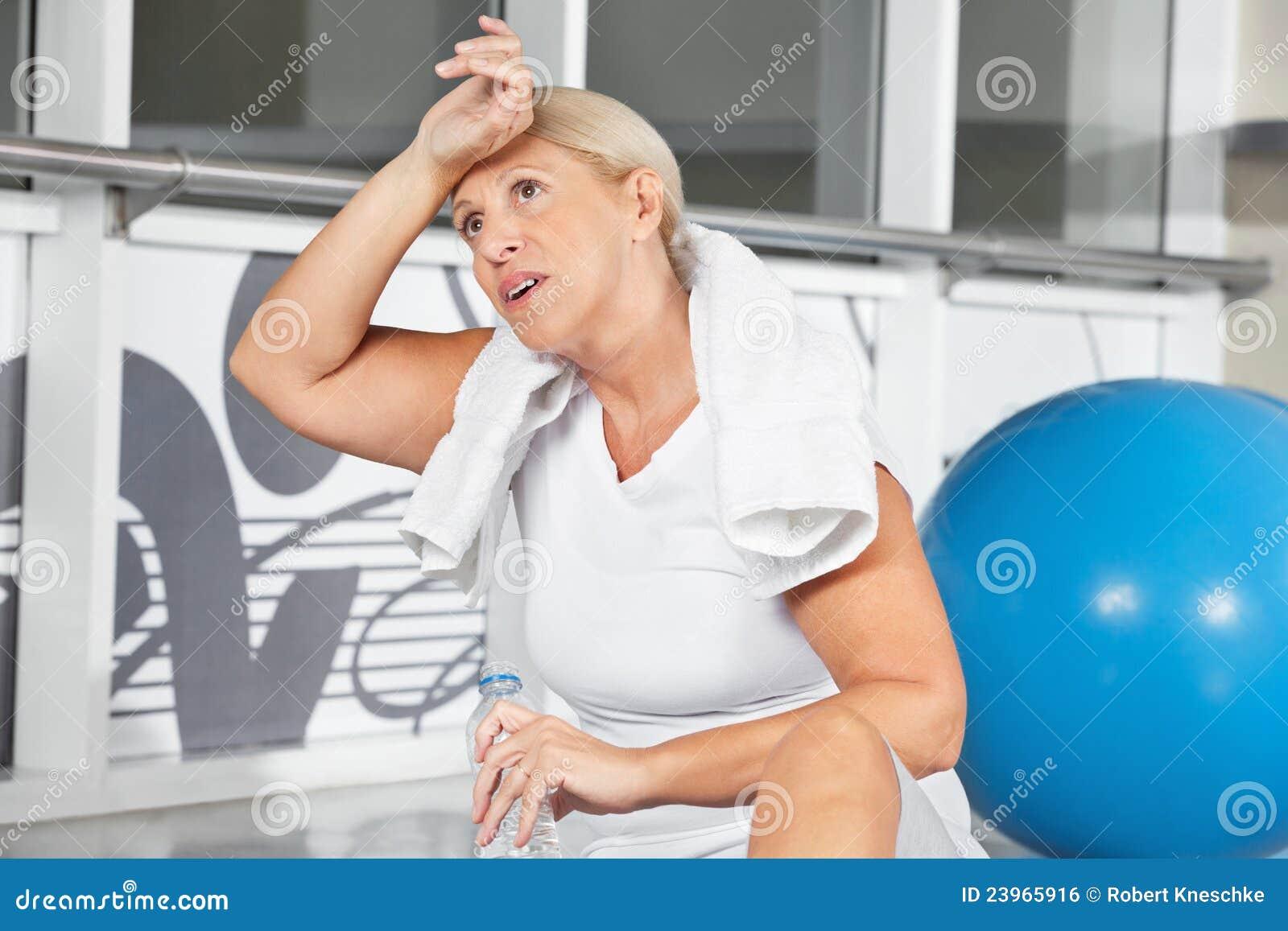 Hoger vrouwen afvegend zweet van haar