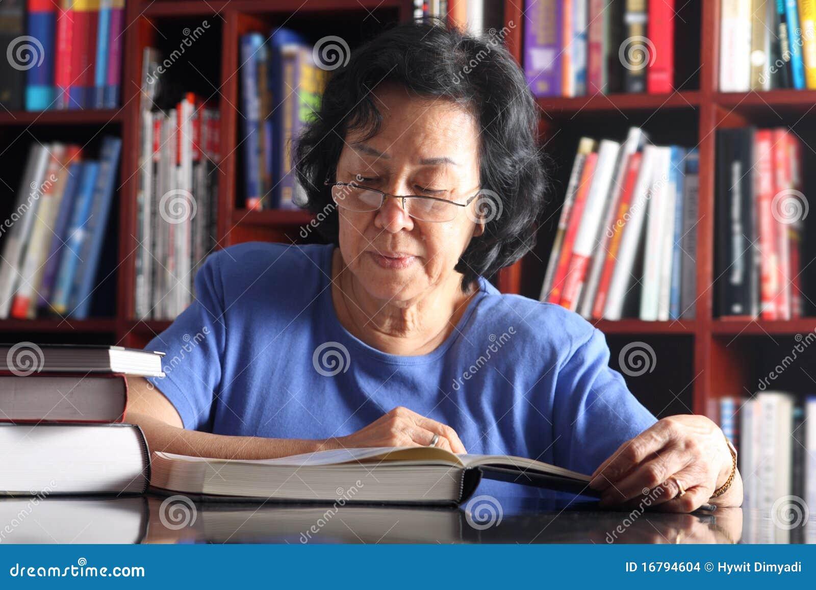 Hogere Aziatische damelezing in bibliotheek