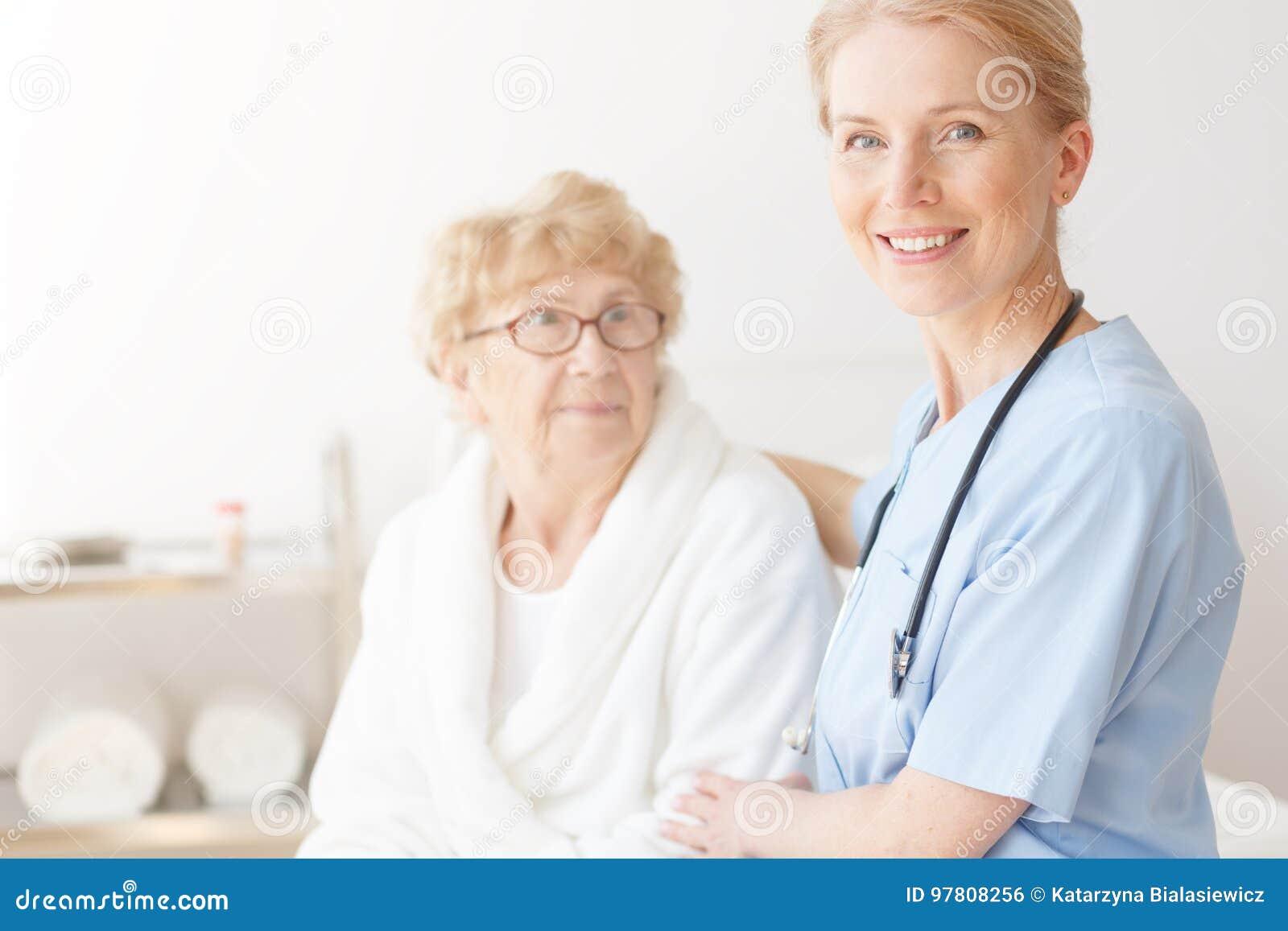 Hogere dame in huis met verpleegster