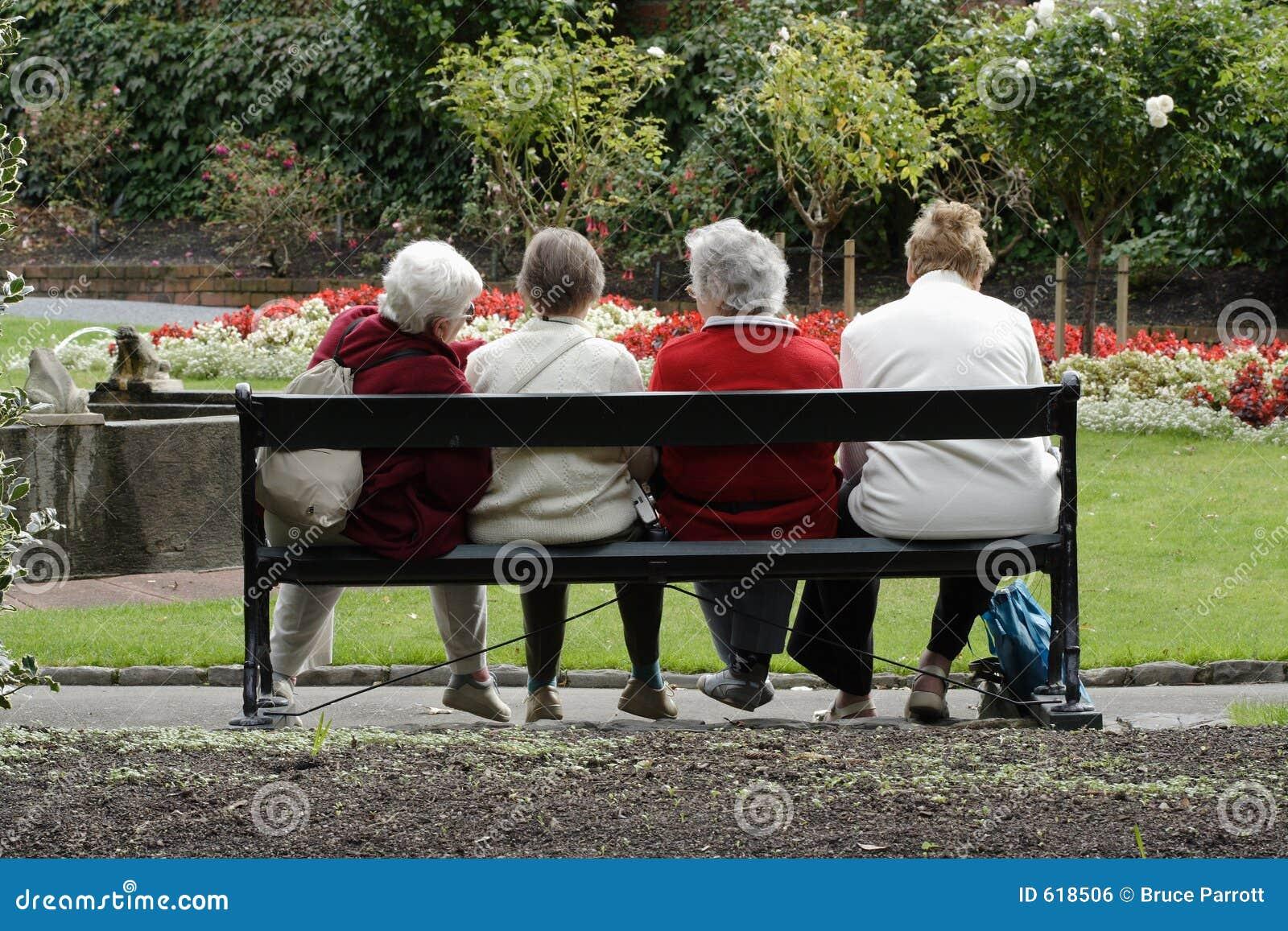 Hogere dames bij het park