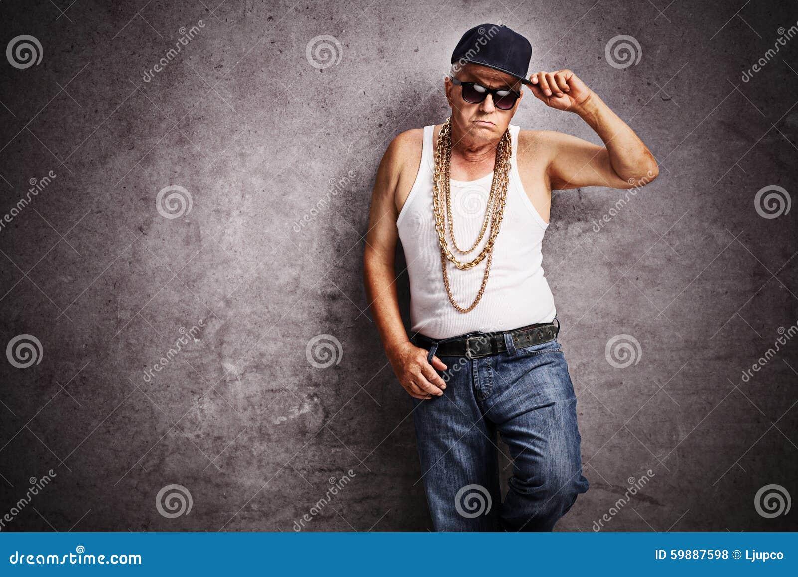 Hogere gangster in flodderige hiphopkleren