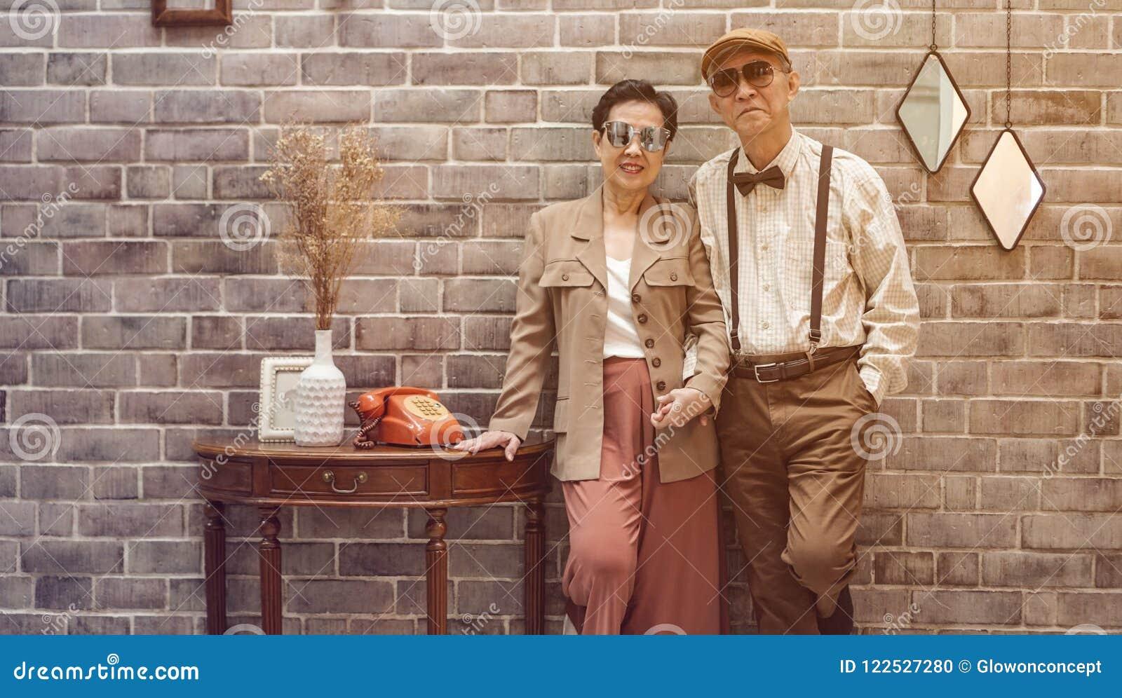 Hogere het paar uitstekende manier van Rich Asian in luxehuis