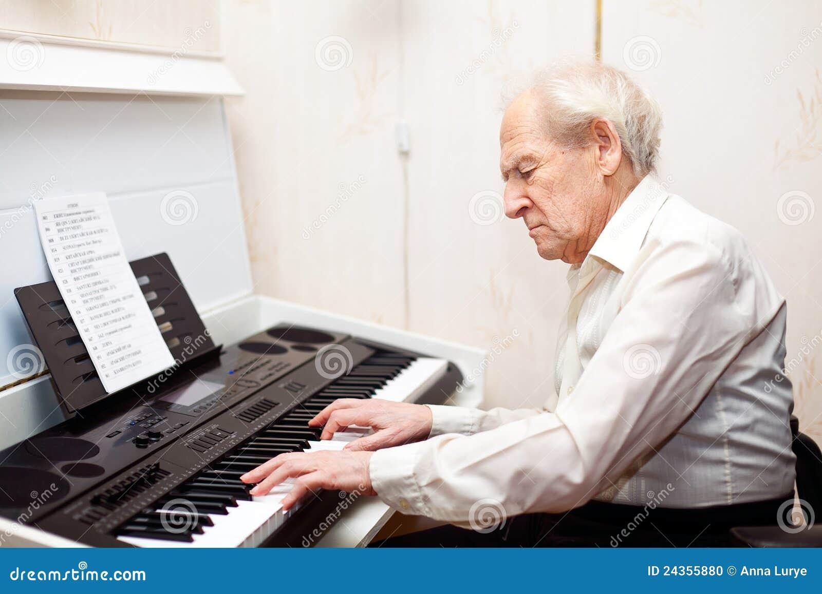 Hogere het Spelen van de Mens Piano