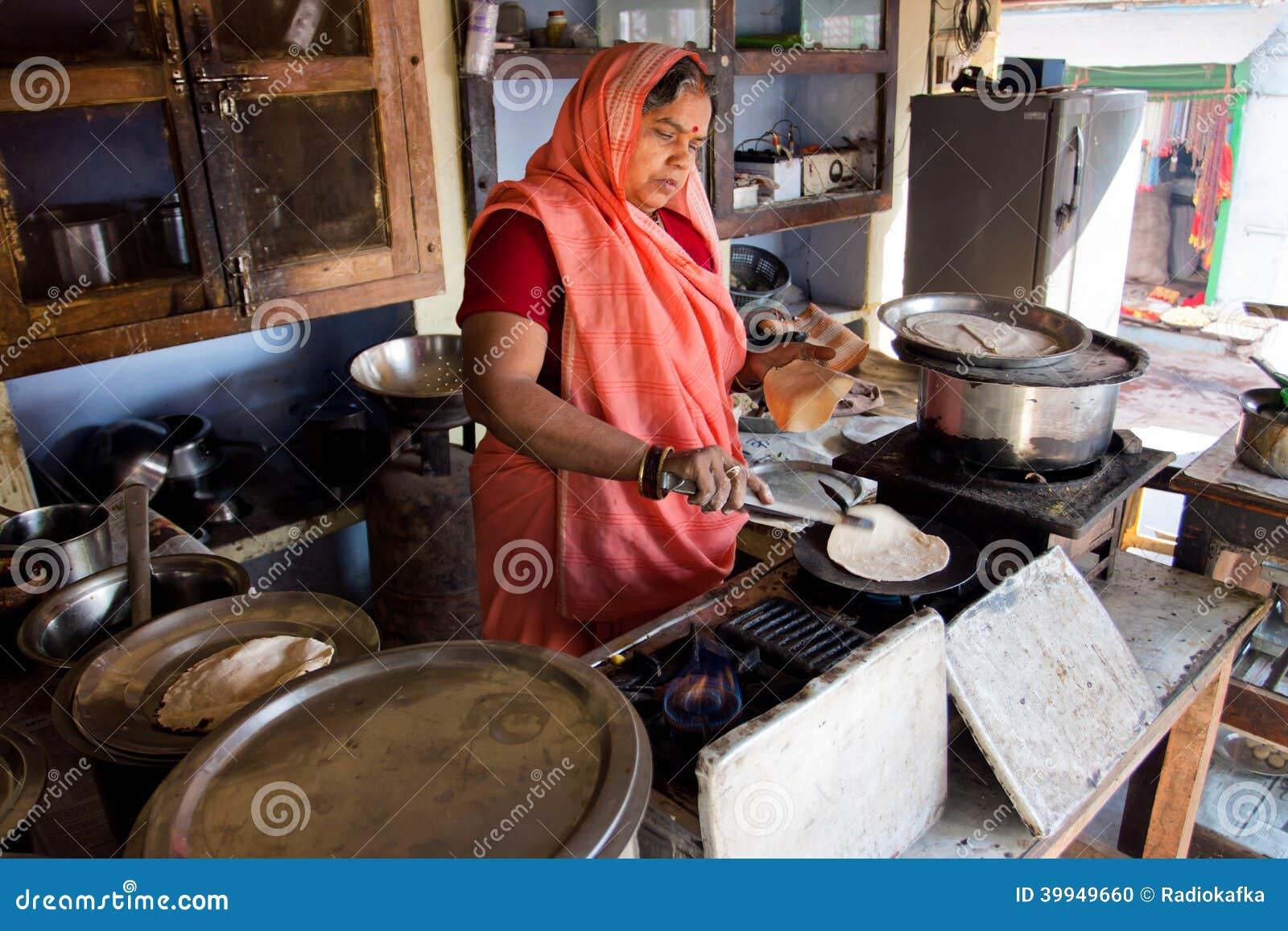 Hogere Indische dame in de kleding van Sari het koken