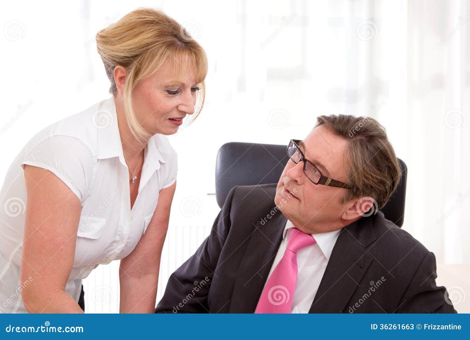 hogere leidende directeur met zijn secretaresse bij bureau stock afbeelding afbeelding 36261663. Black Bedroom Furniture Sets. Home Design Ideas