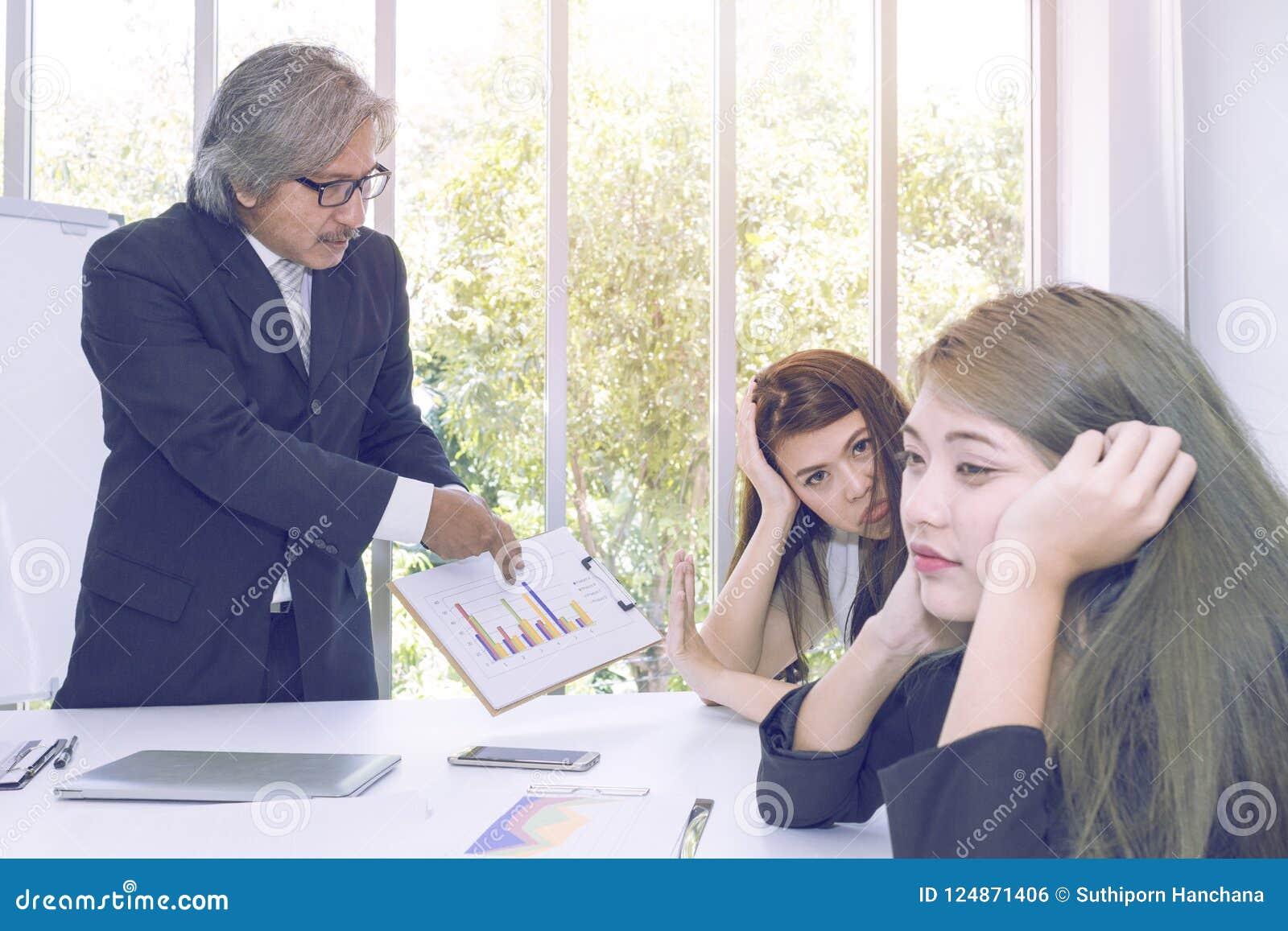 Hogere managers die en bedrijfsgroepswerk denken samenkomen