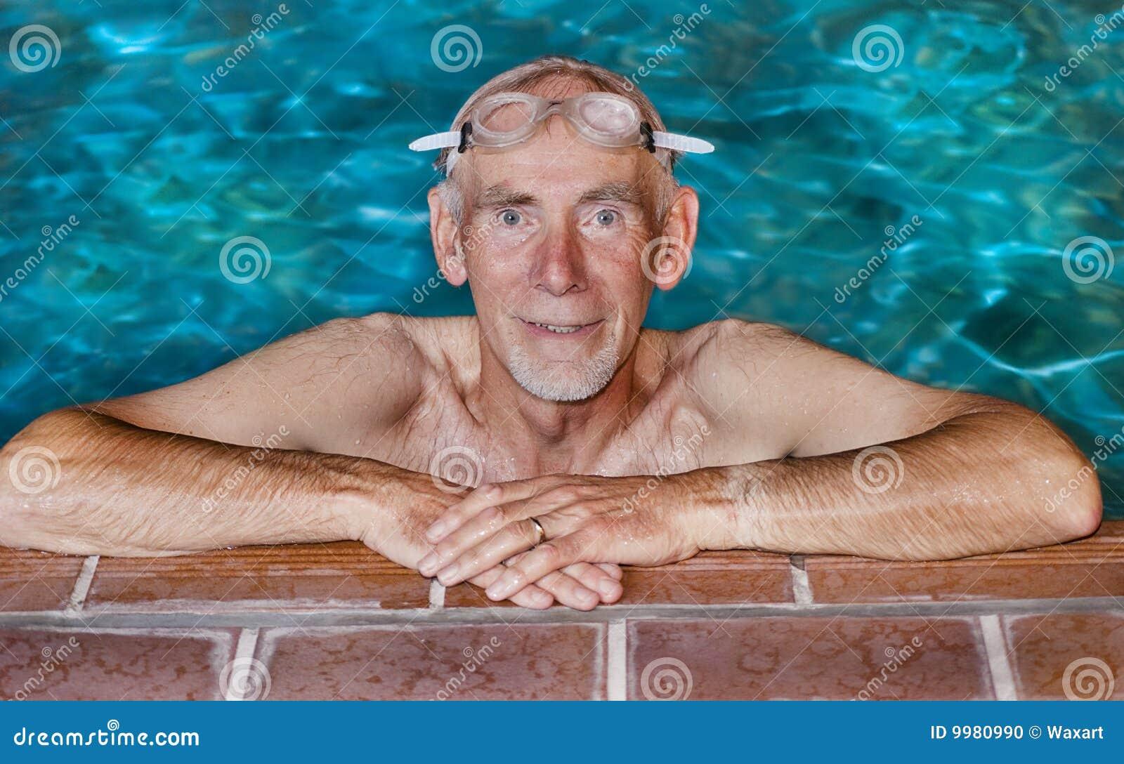 Hogere mens bij rand van zwembad