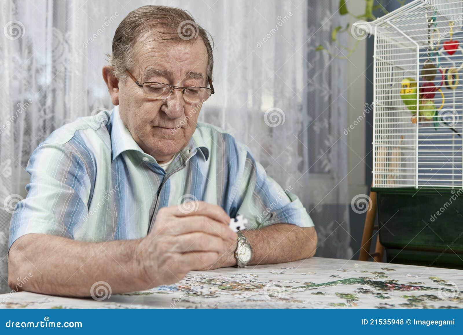 Hogere mens die aan een raadsel werkt