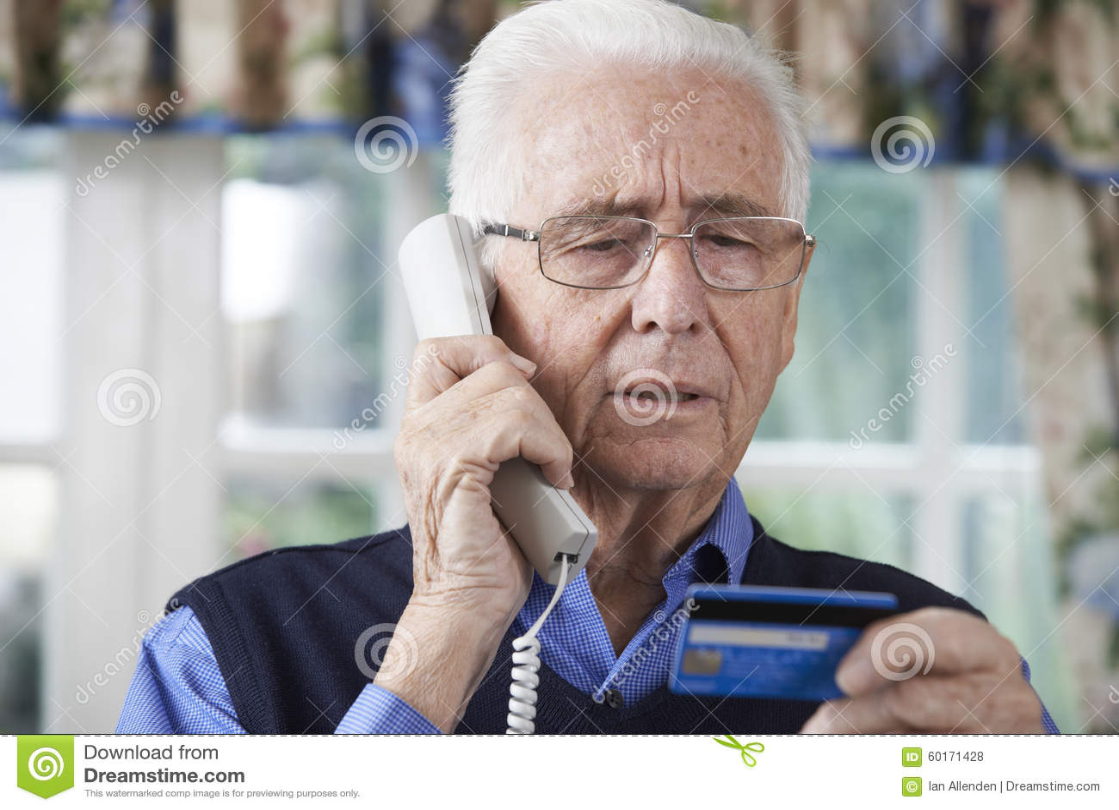 Hogere Mens die Creditcarddetails op de Telefoon geven