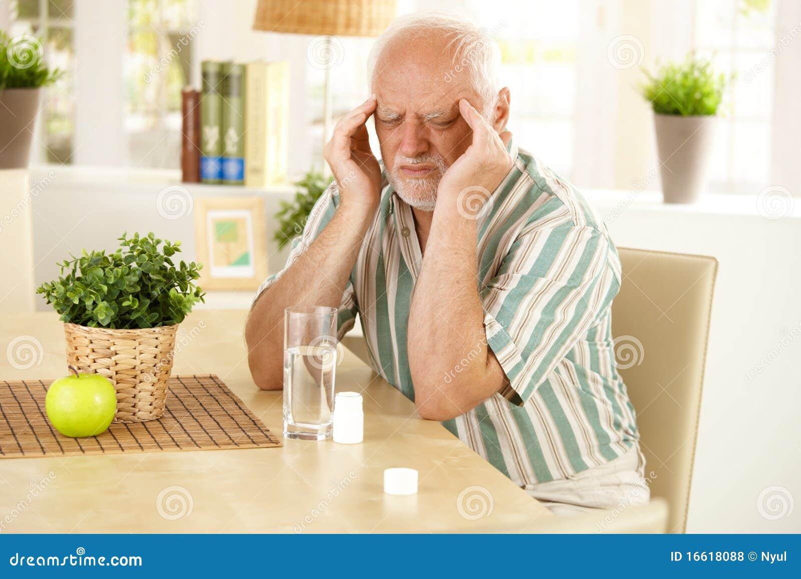 Hogere mens die hoofdpijn heeft