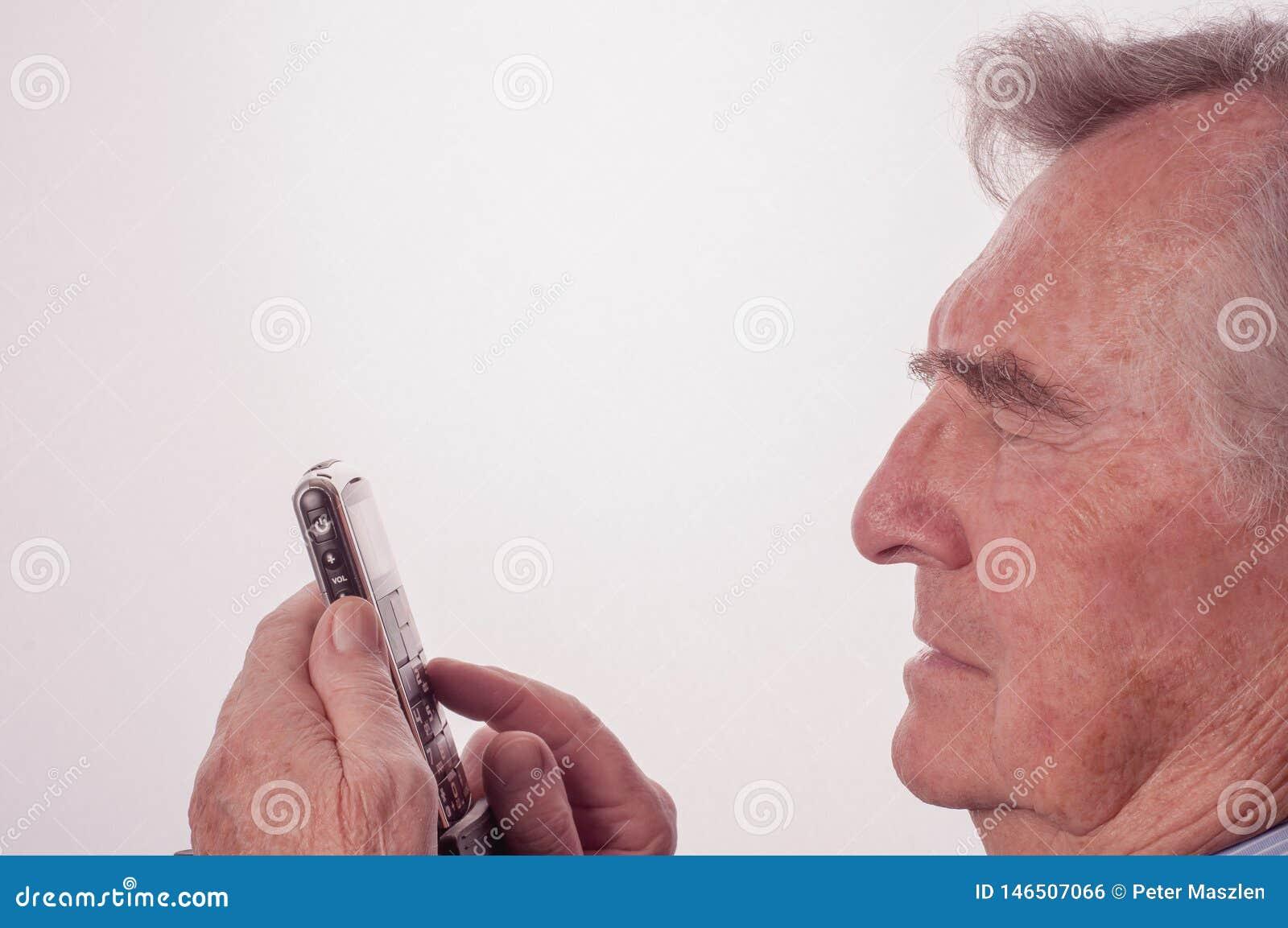 Hogere mens die problemen met zijn mobiele telefoon hebben
