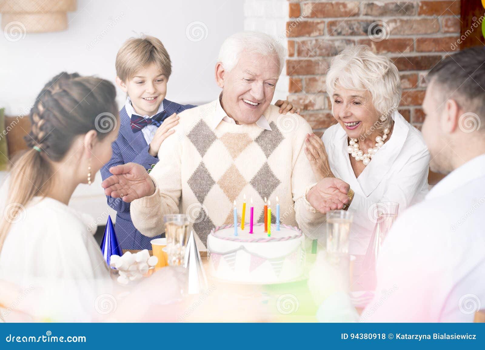 Hogere mens en zijn familie bij verjaardagspartij