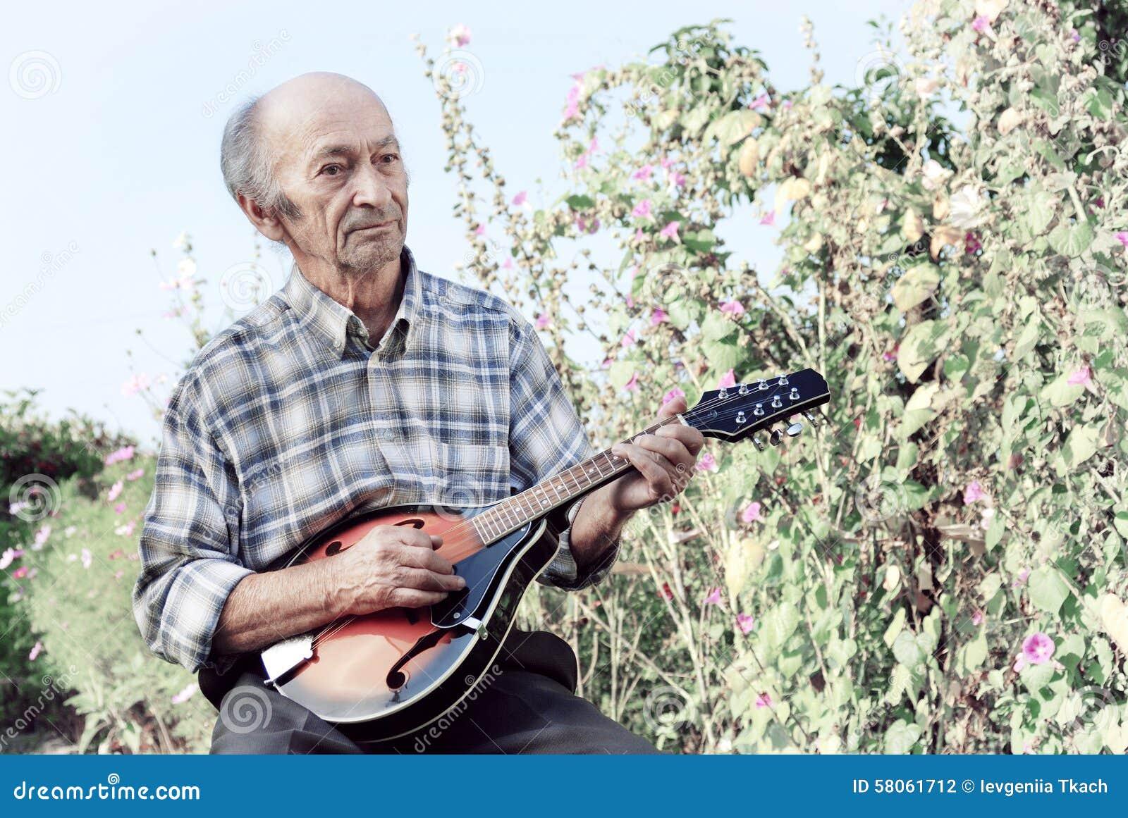 Hogere mens het spelen mandoline