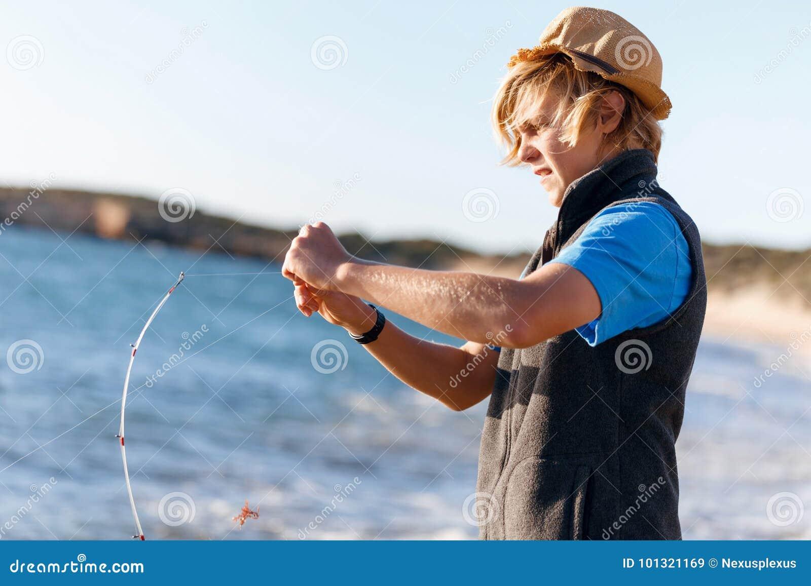 Hogere mens visserij op zee kant
