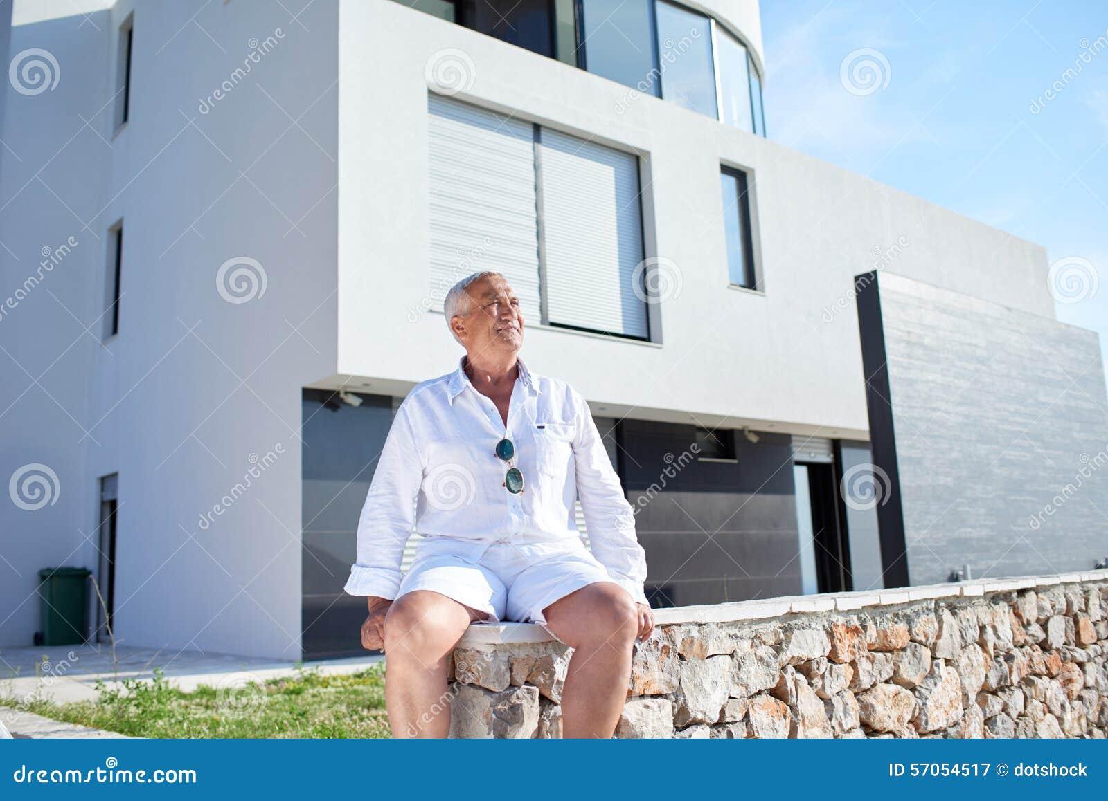 Hogere mens voor modern huis