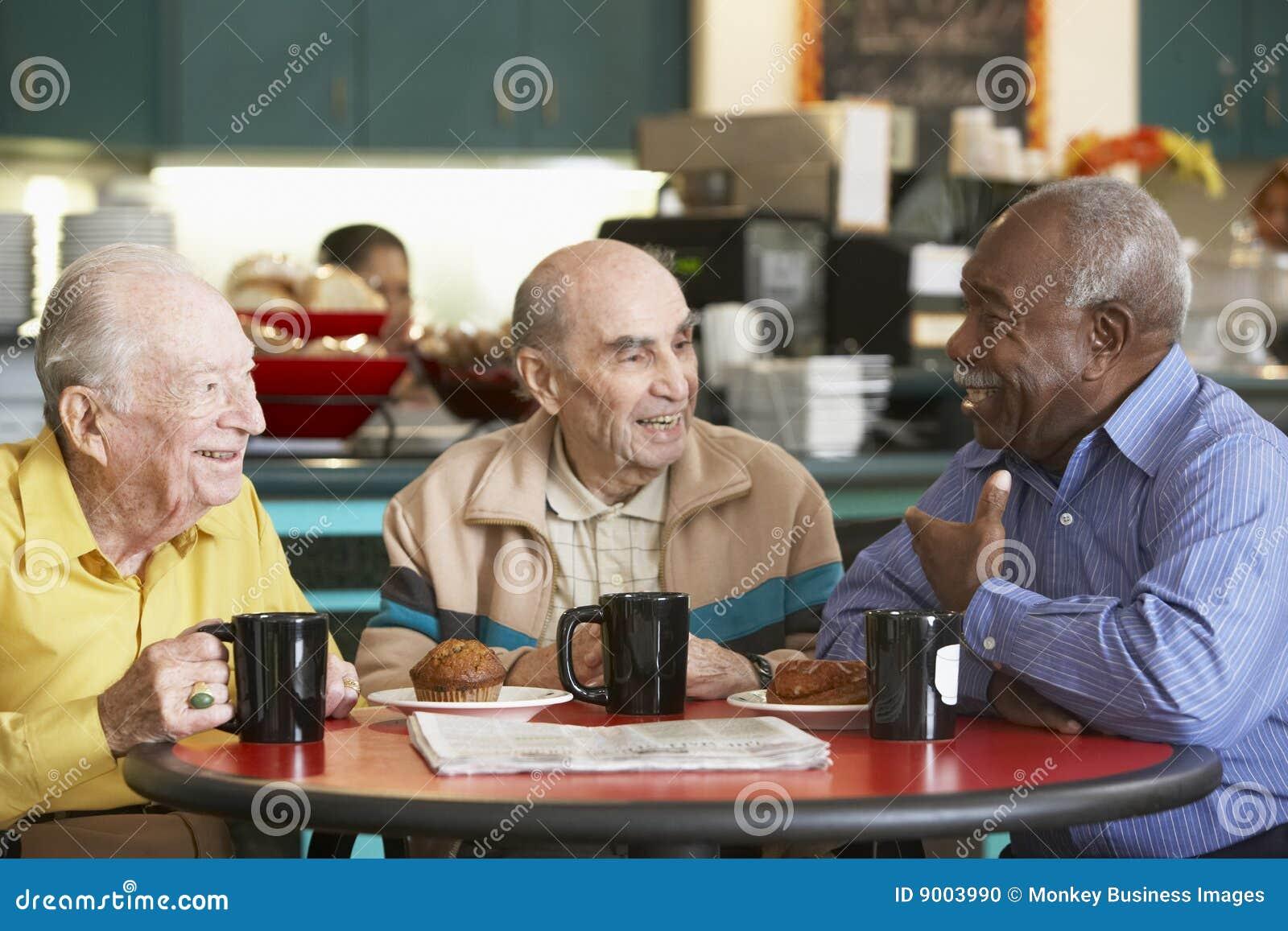 Hogere mensen die thee samen drinken