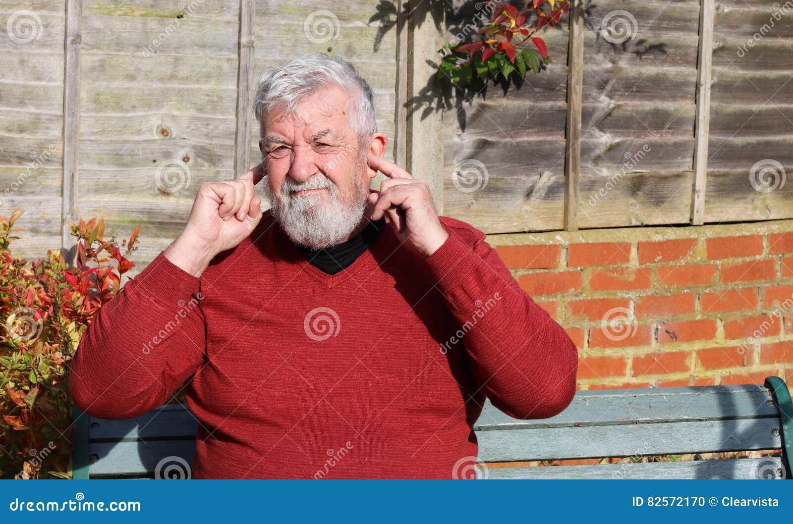 Hogere mensenvingers in zijn oren lawaai
