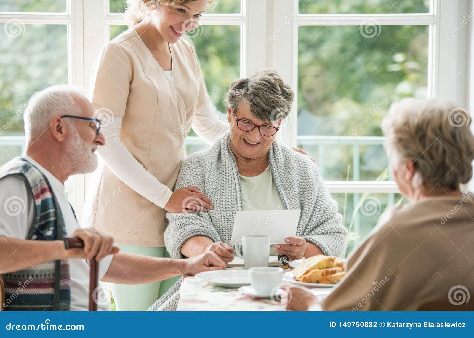 Hogere vrienden die tijd doorbrengen samen bij verpleeghuis