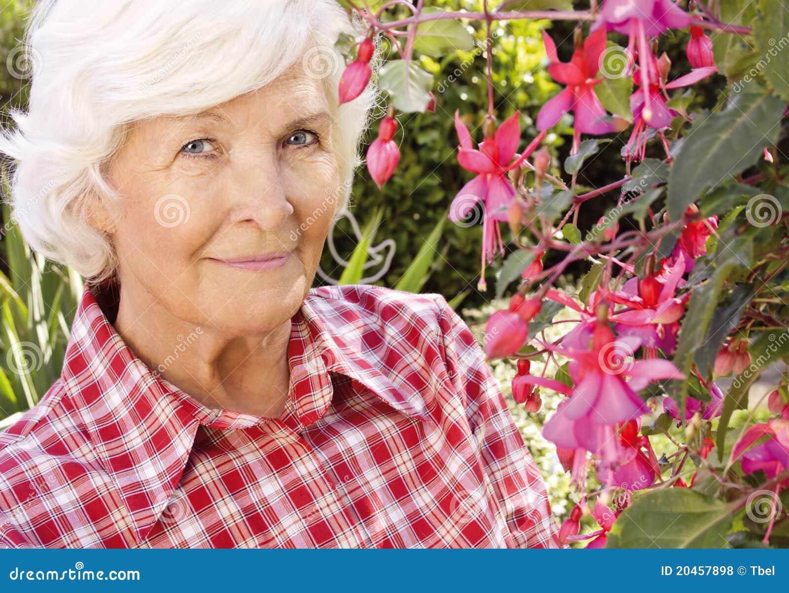 Hogere vrouw in de tuin