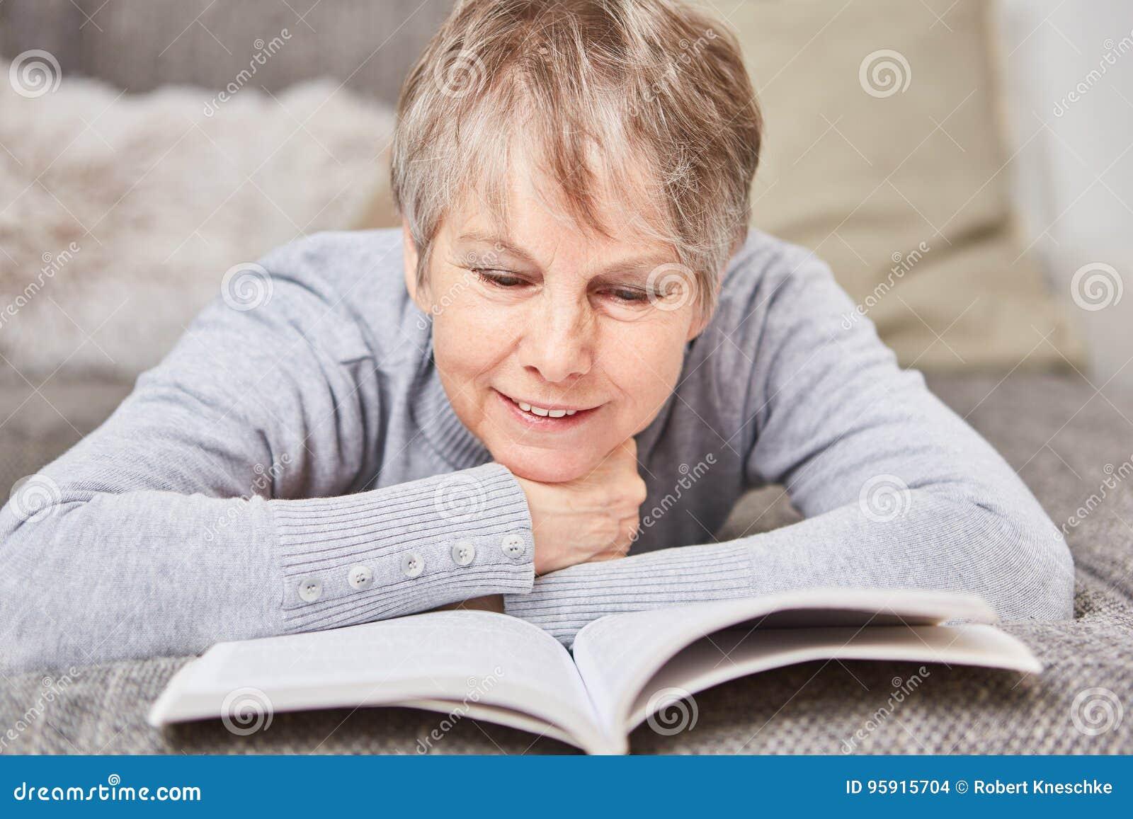 Hogere vrouw met een boek
