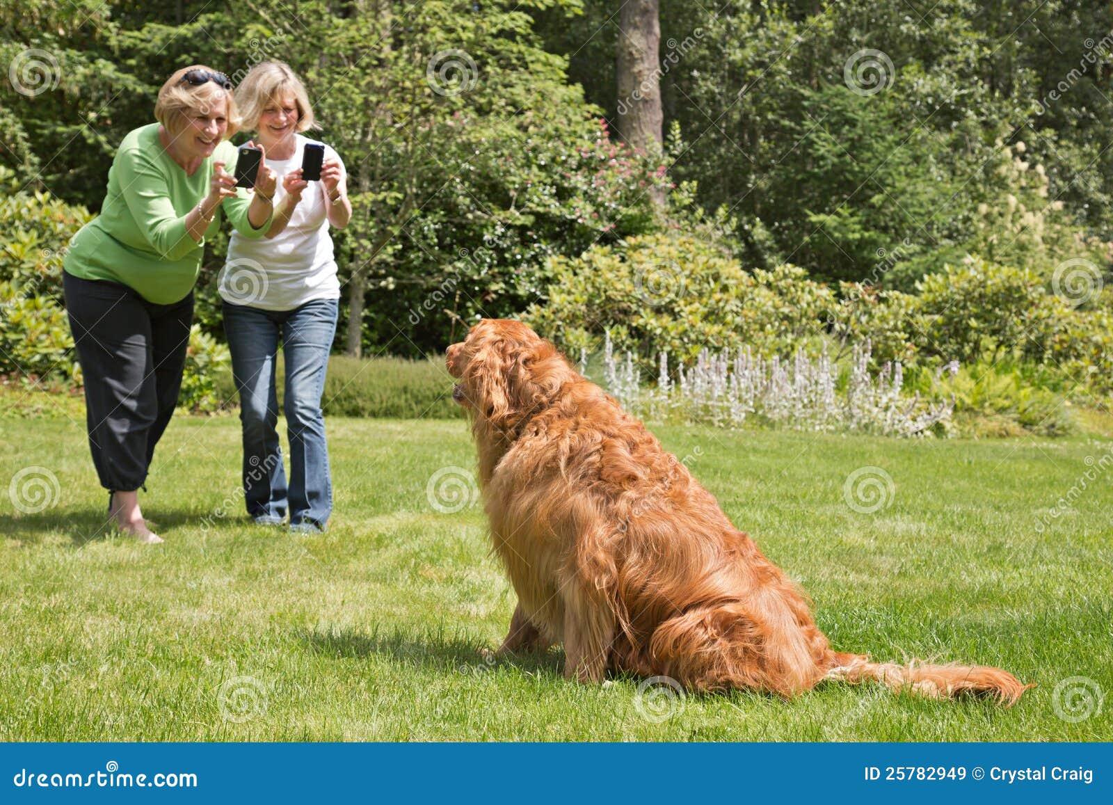 Hogere Vrouwen die de Telefoons van de Camera leren te gebruiken