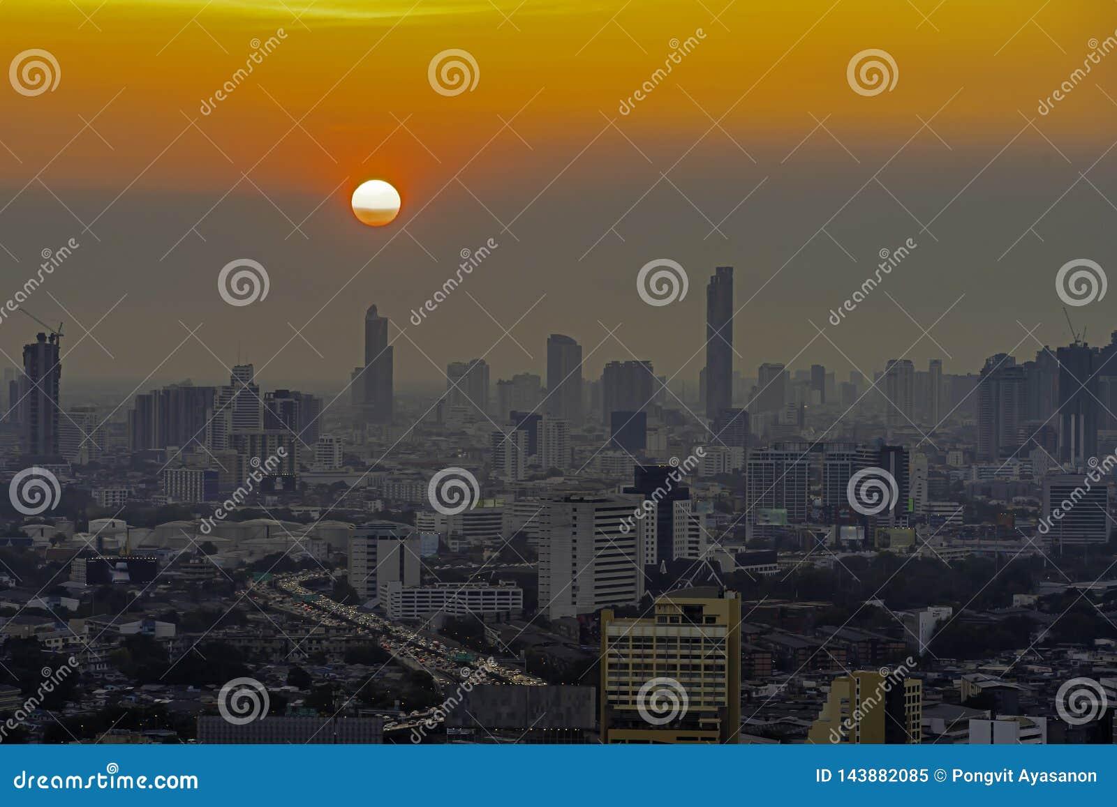 Hohe Aufstiegs-Geb?ude am Stadtzentrum in Bangkok Thailand am Abend