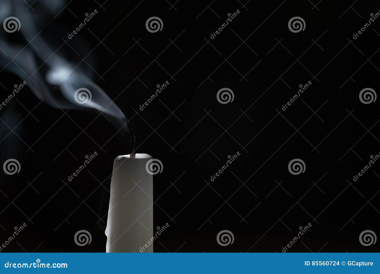 Hohe Kerze mit Rauchspur