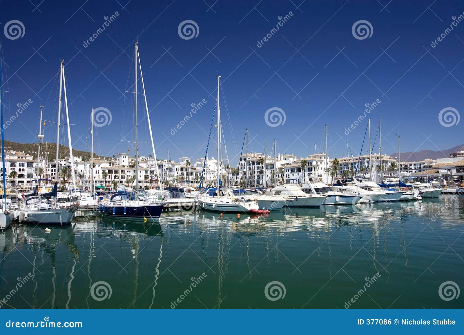 Hohe Luxuxboote und Yachten verankerten im Duquesa Kanal in Spanien ein