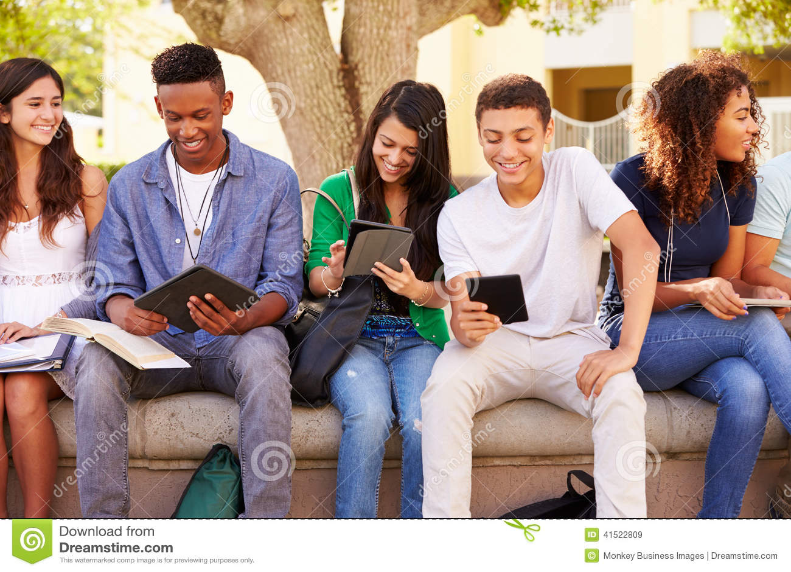 Hohe Schüler, die auf dem Campus auf Projekt zusammenarbeiten