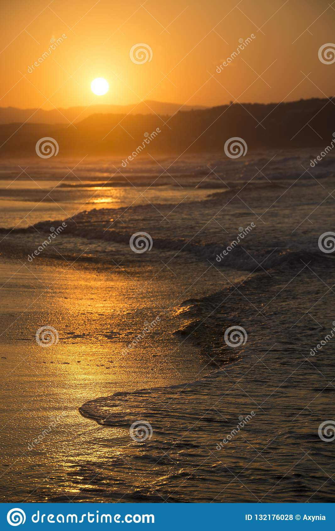 Hoher Auflösung JPG Sonniger Weg an der Dämmerung und Hügel auf Hintergrund Georgioupolis-Strand, Kreta Griechenland