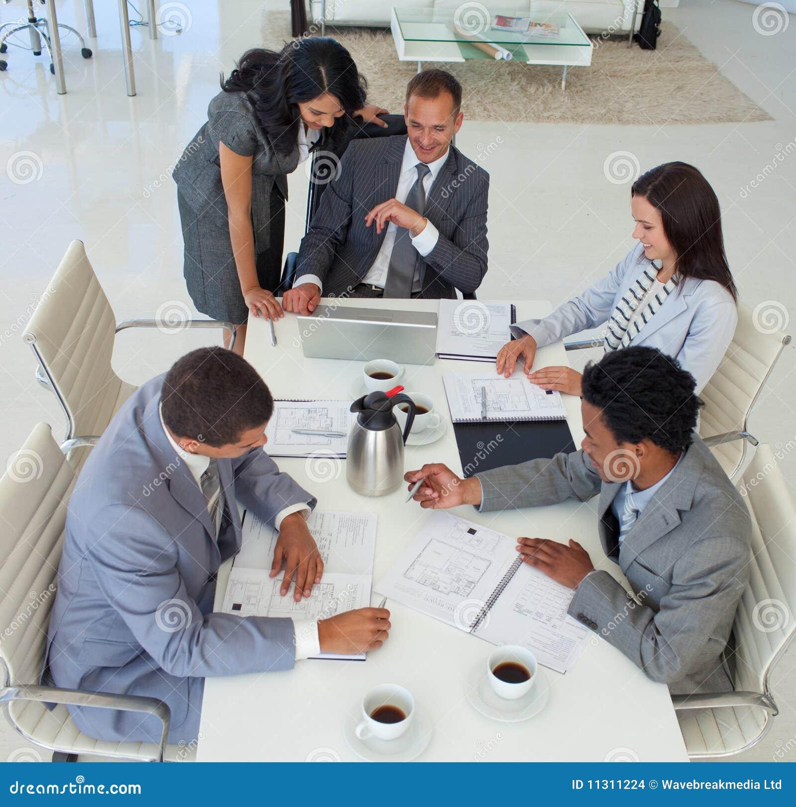 Hoher Winkel der Geschäftsleute Arbeitens
