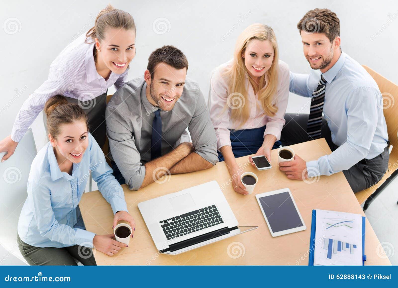 Hoher Winkel von Geschäftsleuten bei Tisch