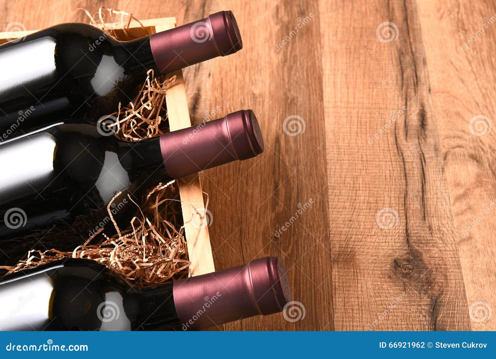 Hoher Winkel-Wein-Kiste stockfoto. Bild von flasche, cabernet - 66921962