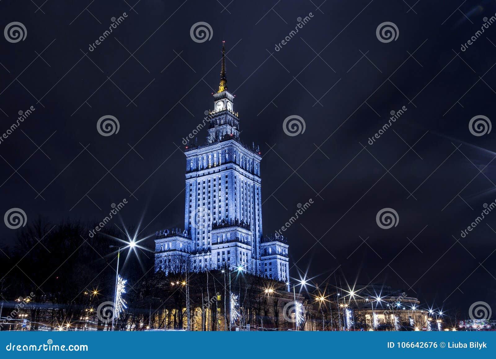 Hohes Gebäude Mitte der Warschau-Nachtstadt Warschau polen Polska Palast der Kultur und der Wissenschaft