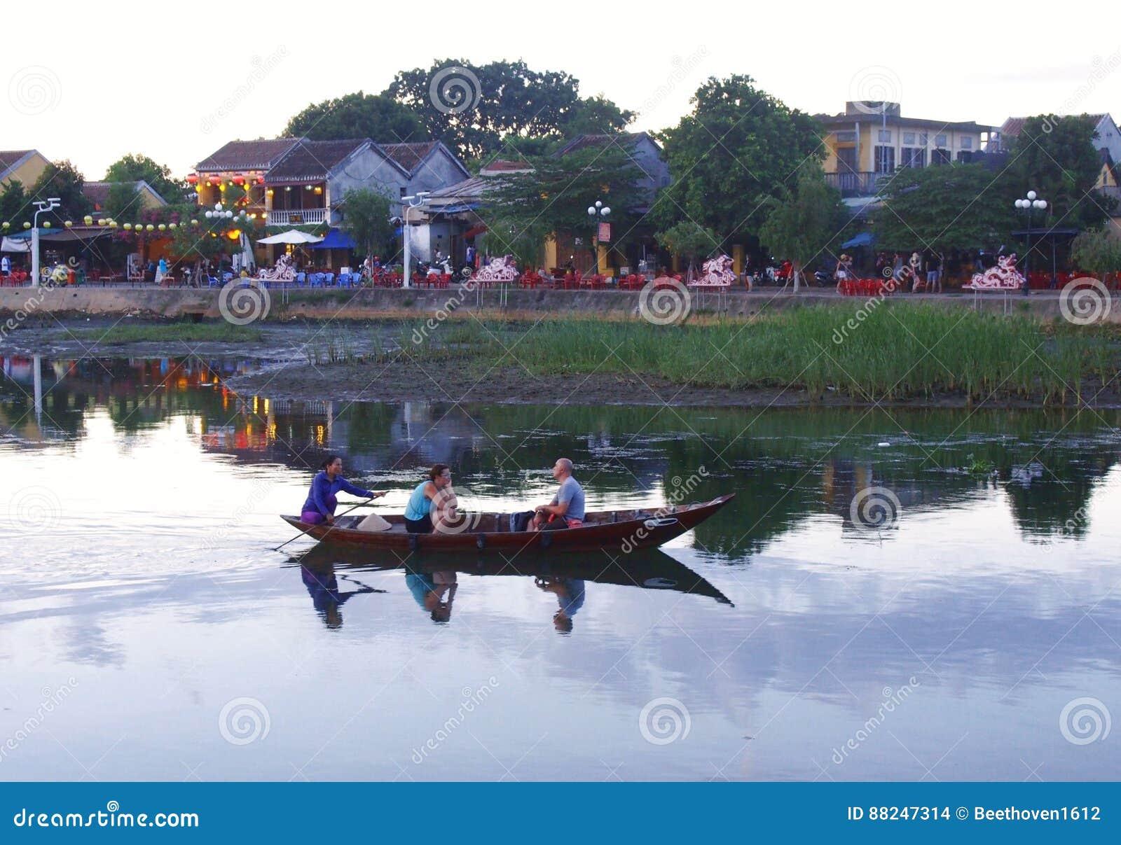 Hoi старые таунхаусы и река в Вьетнаме