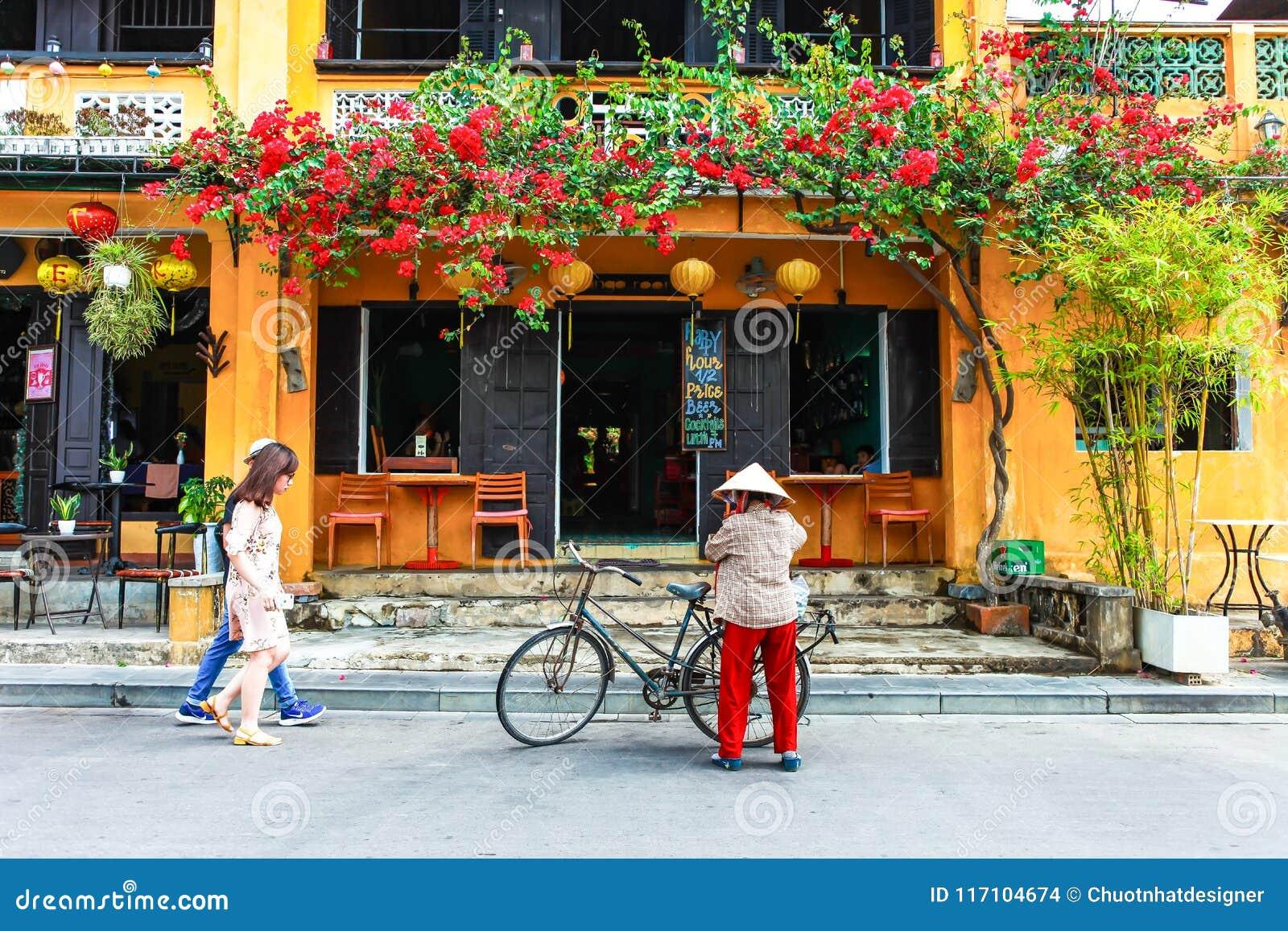 HOI, QUANG NAM, VIETNAME, o 26 de abril de 2018: Opinião da rua com as casas velhas na cidade antiga de Hoi An, patrimônio mundia