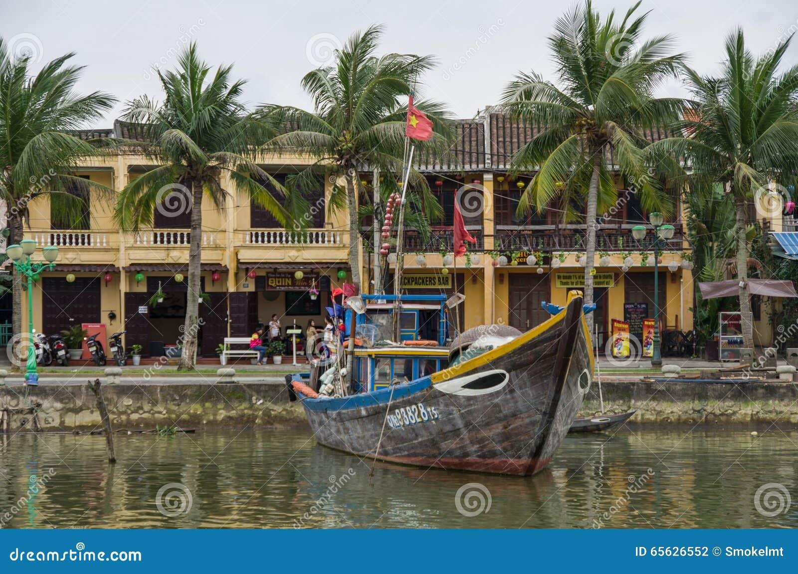 HOI, VIETNAM - 7 janvier 2015 : Bateaux traditionnels en Hoi An
