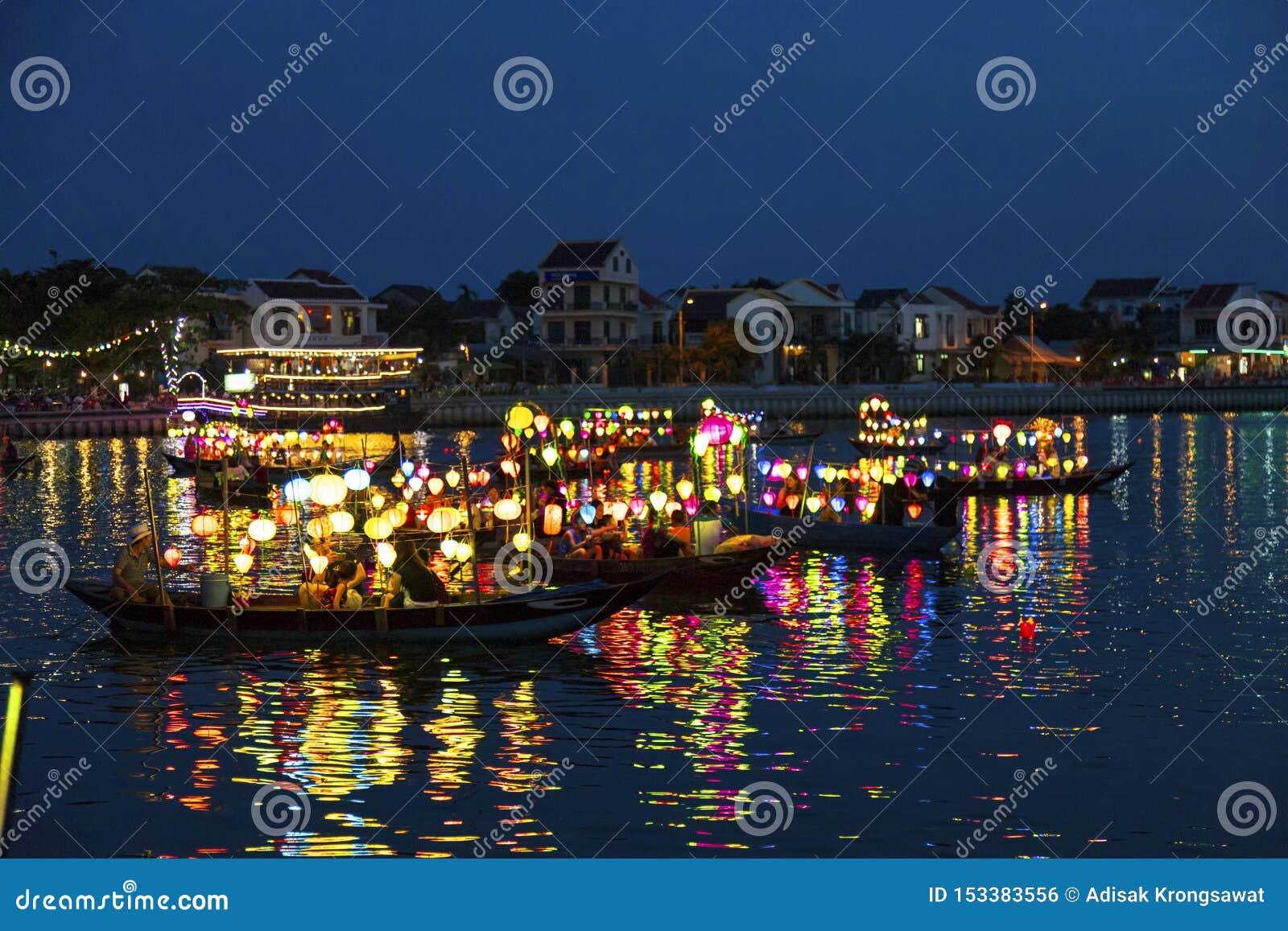 Hoi An, Vietnam - 25. JUNI 2019: Hoi An Ancient Town-Flussuferansicht mit traditionellen Booten, Hoi An wird als UNESCO erkannt