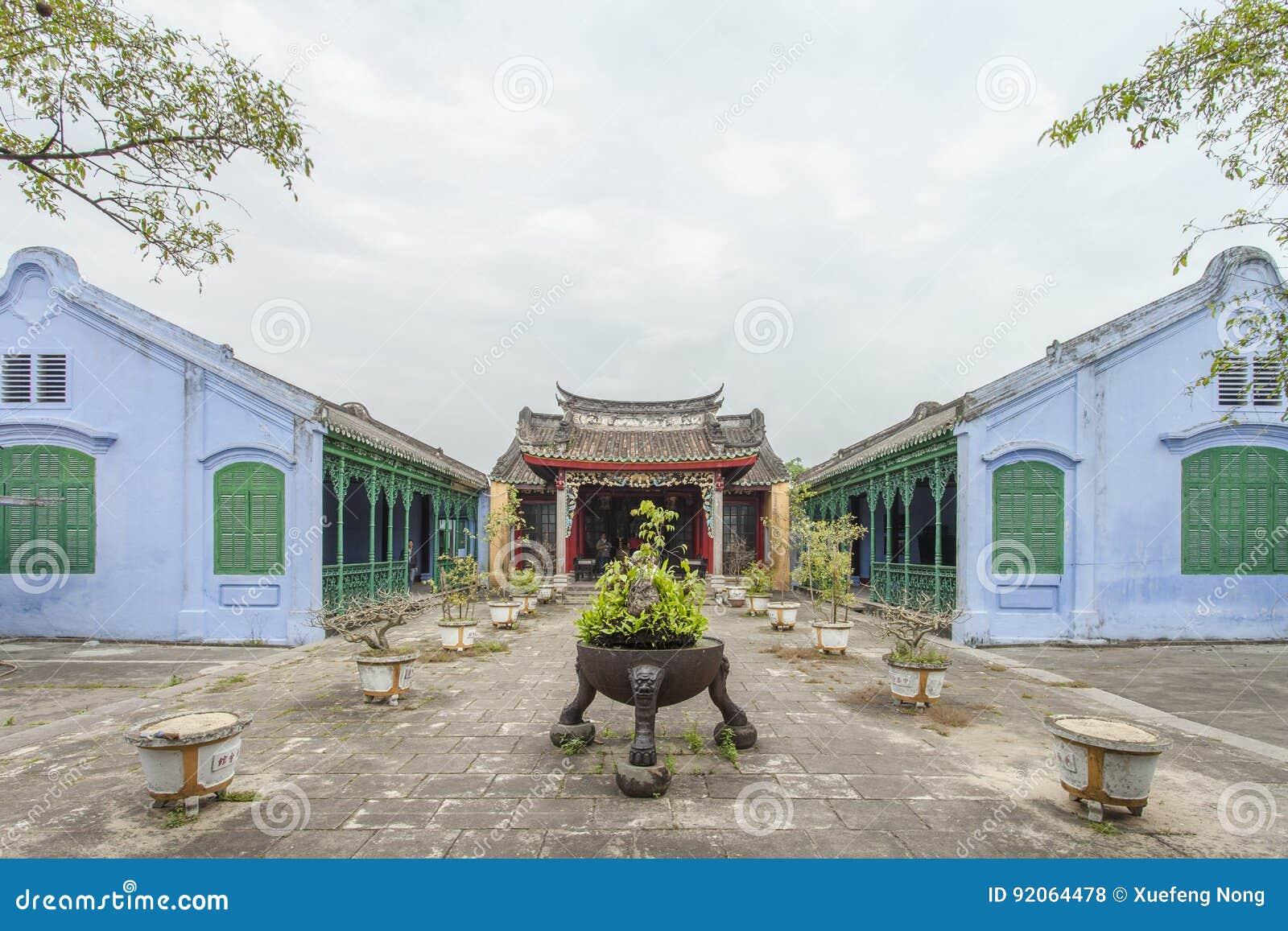 Hoian, Vietname - 2 de abril de 2016: Opinião da rua com as casas velhas em Hoi